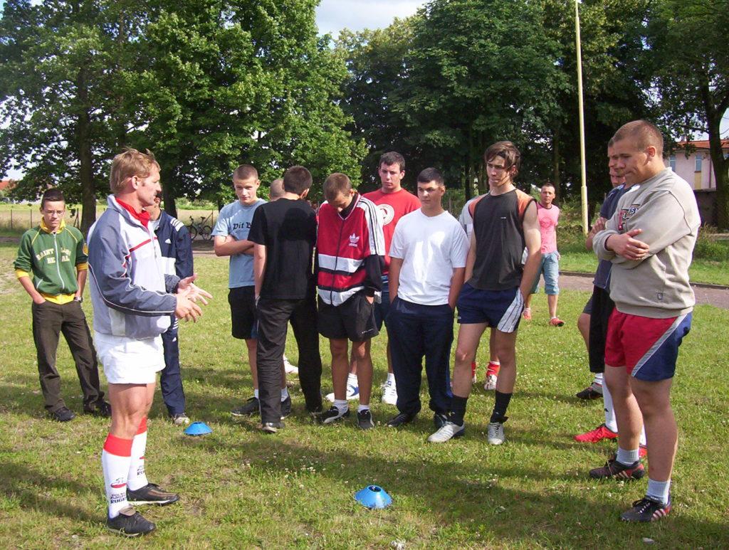Pierwszy trening rugby wJarocinie poprowadzony przezTomasza Kapustkę